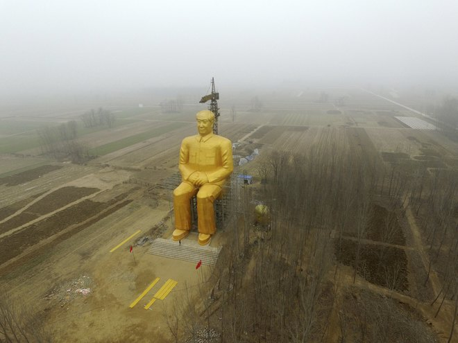 В Китае снесли огромную статую Мао Цзэдуна