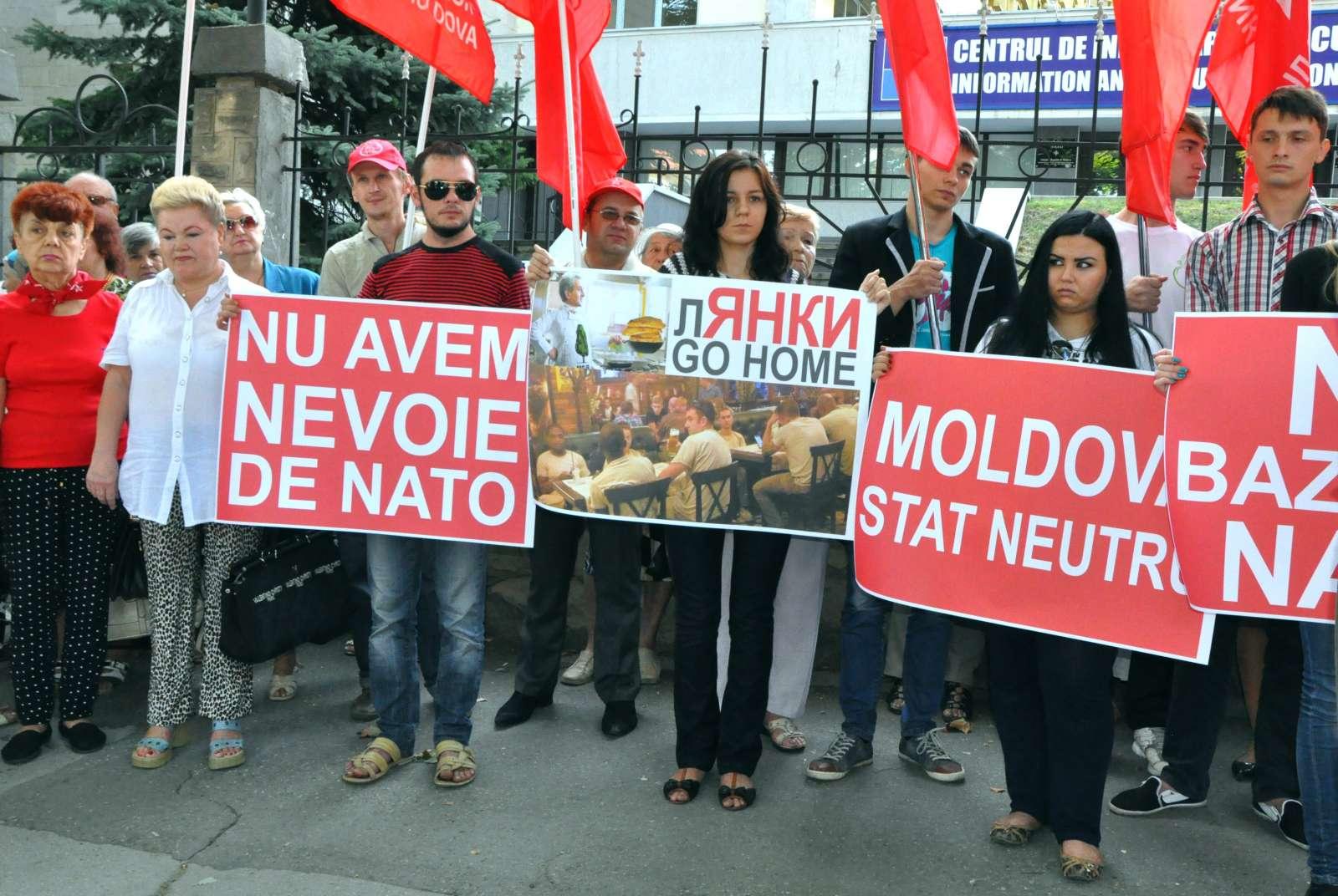 """Socialiştii au organizat o acţiune de protest sub genericul """"Nu ne trebuie NATO"""""""