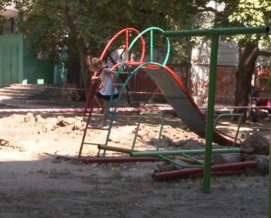 Автостоянку в Кишиневе строят на детской площадке (ВИДЕО)
