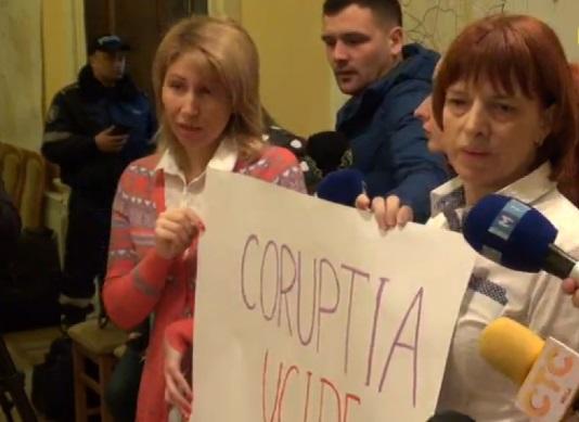 SCANDAL la primărie: Un grup de părinți cer DEMISIA lui Chirtoacă (VIDEO)